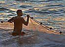 3. Platz 'Nach alter Tradition: Fischfang per Hand' von Ingrid Knäbl